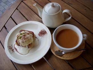 BOWLS cafe(りんごとバナナのスクエアケーキ)