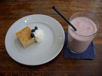 エルマーズグリーンカフェ(ショートブレッドのチーズケーキ・苺スムージー)