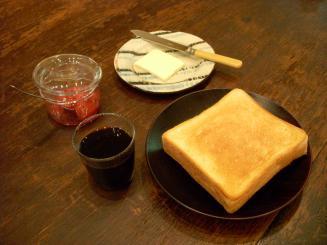 KAFE工船(パナマ(中煎り・濃い目)¥500・季節のジャムトースト(苺・バニラ・ミント)¥350)