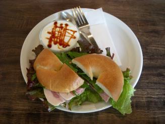 cafeNEST(ベーグルサンド(ロースハムとチーズ)とスープのセット¥800)