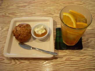 CafeCafe(スコーン¥500・スパークリングティー¥580)