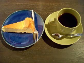 キアズマ珈琲(ベイクドチーズケーキ¥400・キアズマブレンド(深煎り)¥450)