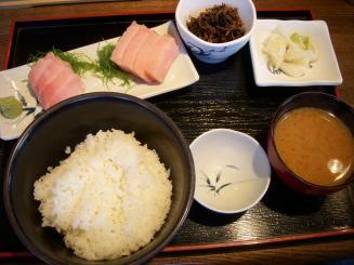まぐろどんぶり亭(ビントロ定食¥900)