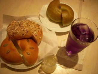 tecona bagelworks(〈上から〉ふかふか(ほうれん草ドライトマト)・もちもち(5グレイン)・ふかふか(あずきかぼちゃ)・マローブルー)