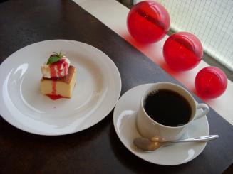 shima(ブレンドコーヒー〈普通〉¥450・手作りチーズケーキ¥350)