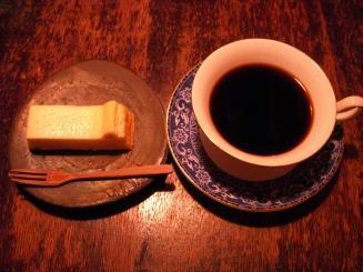 猿楽珈琲(自家製焼チーズケーキ¥200・ふつうの珈琲¥600)