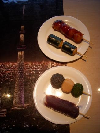 埼玉屋小梅((上から)みたらし¥110・海苔¥110・小梅団子¥180・こしあん¥110)