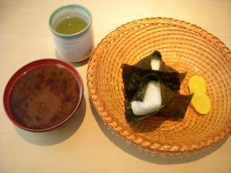 おにぎり 浅草 宿六(おにぎり二個・豆腐味噌汁・沢庵¥640)