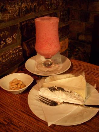さぼうる(生ジュース(いちご)¥500・クリームチーズケーキ¥330)