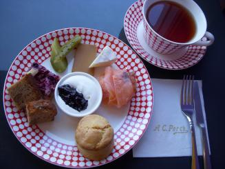 A.C.PERCH'S 東京店(ランチメニュー(スコーン・チーズ・サーモン・ピクルス・プチケーキ)¥1050)