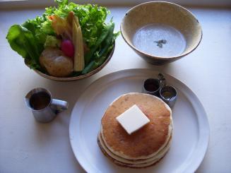 cafe ももちどり(サラダとバターミルクパンケーキ(きのこのポタージュスープ付)¥1100)