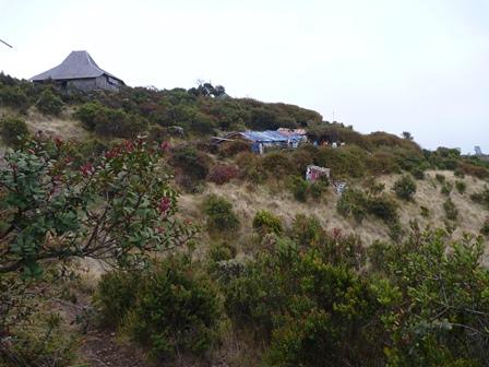 お祈りの場所と山小屋
