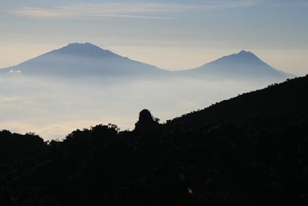 山頂から見えるムルバブとムラピ山