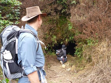 日本軍から隠れた洞穴