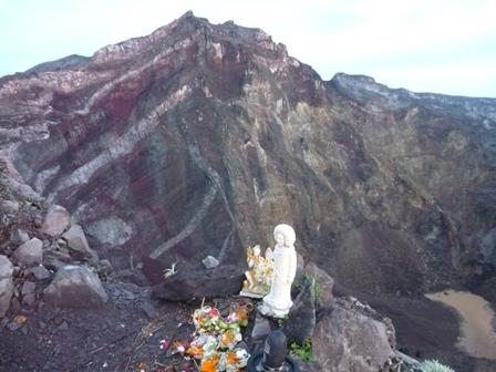 アグン山最高地点(3142m)と火口湖