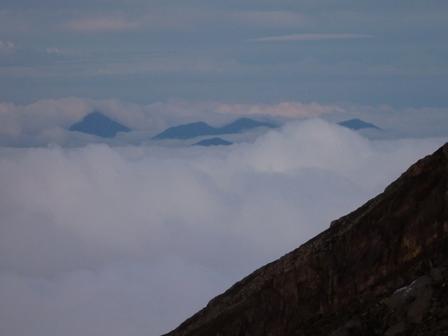 一番左がバトゥカル山