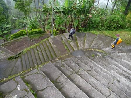 パッサルアグン寺院へ向かう階段