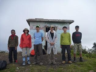 山頂にて~避難小屋の前で記念撮影
