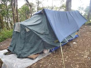 途中学生たちのテントが点在。