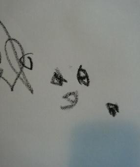 わが子の描いたママです!(中心の3つの点が目と口です)
