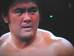 悔しい表情を見せリングを去る武藤