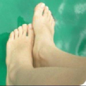 ヒョジュちゃんの両足