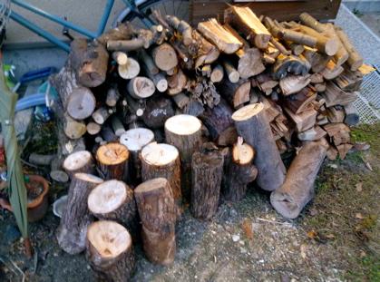 朝の薪割り