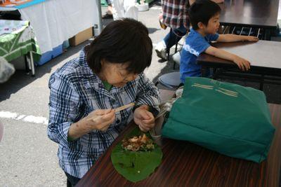 3朴葉寿司食べる