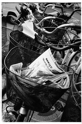 放置自転車ゴミ箱と化す