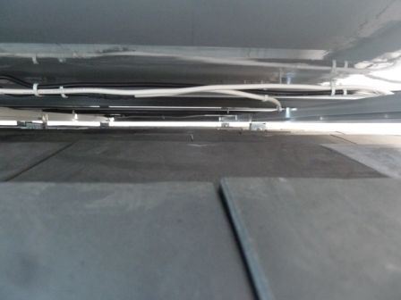 この様に配線が綺麗に束ねられ、屋根に配線が垂れないので雨による腐食を防止します