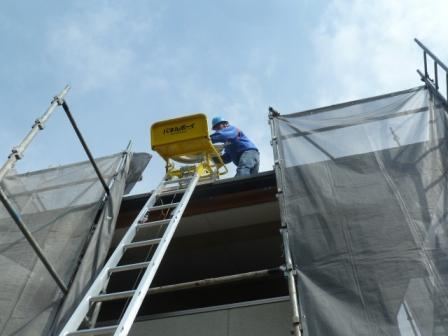 電気配線部材をパネルボーイで屋根に上げます