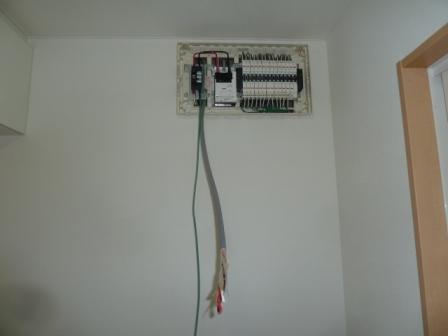 連係ブレーカーや、パワー検出ユニットからの配線を引き込みます