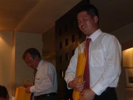 ④マキノグループトップ賞は牧野伸哉新部長と上門主任