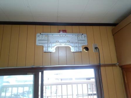 ②室内機取付け用板をレベルに気をつけながら取付けます