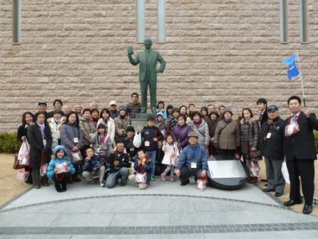 安藤百福像の前で記念撮影しました。
