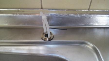 給水コンセント固定金具の取り付け