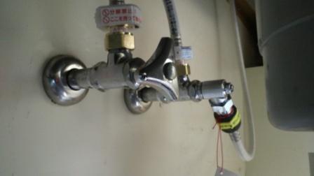 新しいカランの接続と、給水コンセントへの分岐金具取付