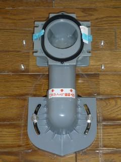 排便管の固定と便器固定用ボルト4本打ち込み