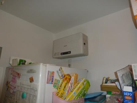 冷蔵庫の上にパワーコンディショナー設置しました。