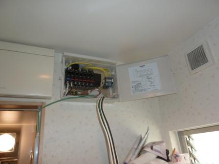 アレイからの6本の配線とアースを接続箱まで引き込んで行きます。