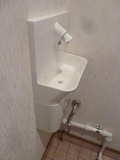 手洗いの組付けと配管接続完了
