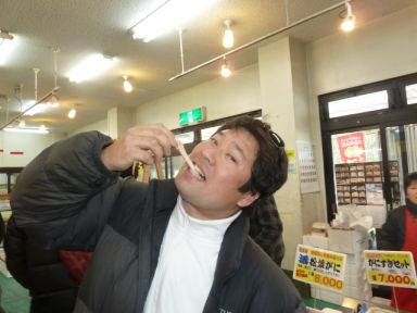 海鮮市場で松葉蟹の足を試食。うまい!!