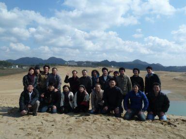 海側の一番高い砂丘の頂上まで駆け上がり、全員で記念撮影。