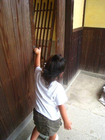 門で・・・