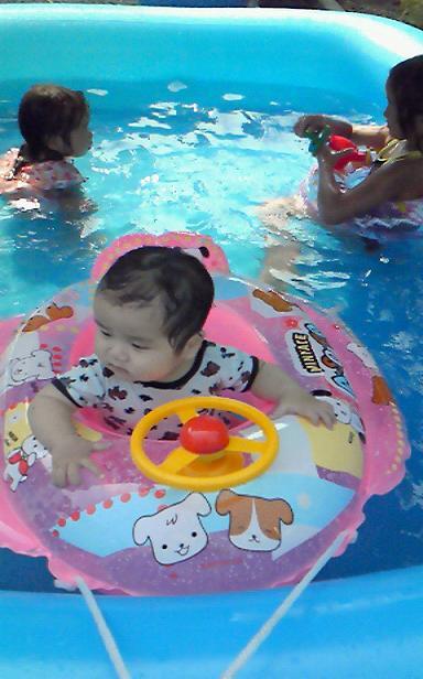 家のプールで^^