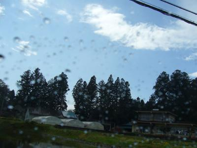 車の窓にはまだ水滴がついてるのに、空はもう晴れている!