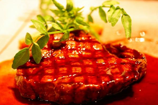 牛ヒレ肉の網焼きステーキ 赤ワインソース