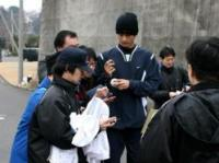 千葉・鎌ケ谷の自主トレ中にファンサービスするダルビッシュ