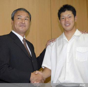 中日の中田スカウト部長(左)と笑顔で握手する堂上直倫内野手 Photo By 共同