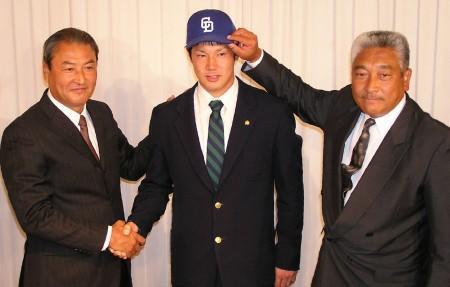 中日入団が内定し、中田スカウト部長(左)と握手する堂上
